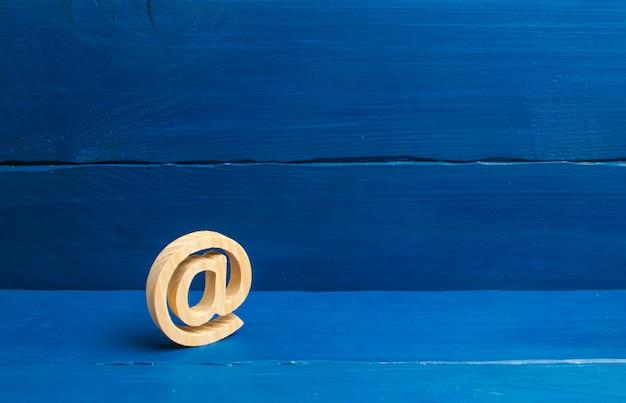 Korespondencja internetowa, komunikacja w internecie. ikona e-mail na niebieskim tle. Premium Zdjęcia