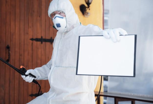 Koronawirus Pandemia. Dezynfektor W Kombinezonie Ochronnym I Masce Rozpyla środki Dezynfekujące W Domu Lub Biurze Darmowe Zdjęcia