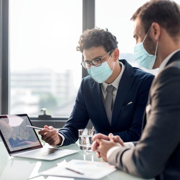 Korporacyjne Biznesmeni W Masce Na Twarzy Pracują W Biurze Nowy Normalny Darmowe Zdjęcia