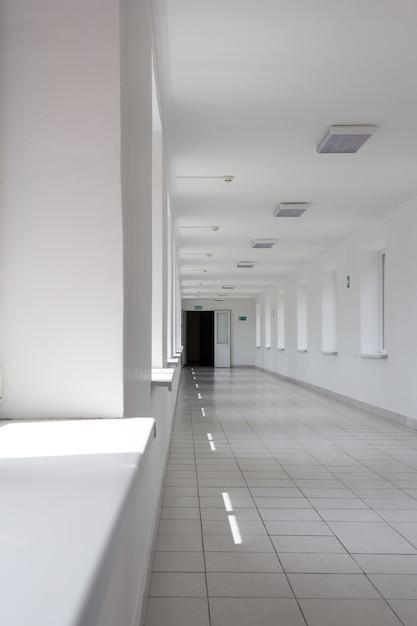 Korytarz z białymi ścianami Premium Zdjęcia