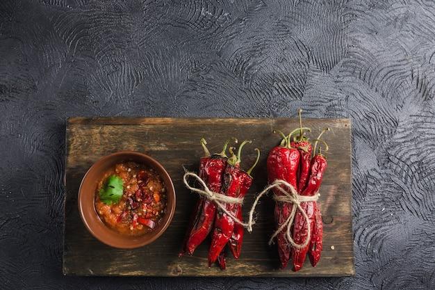Korzenny Chili Na Ciemnym Tle W Ceramicznych Talerzach Na Drewnianej Desce Premium Zdjęcia