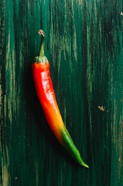 Korzenny kolorowy gorącego chili pieprz na rocznika tle Darmowe Zdjęcia