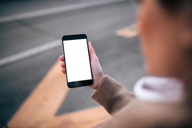Korzystanie z aplikacji do obsługi taksówek na smartfonie, pusty ekran. Premium Zdjęcia