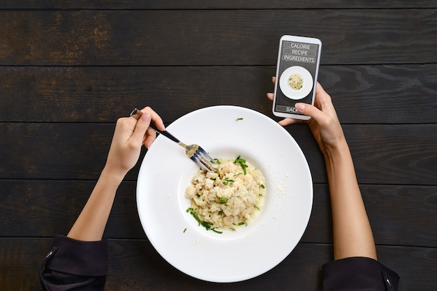 Korzystanie Z Aplikacji Mobilnej Do Rozpoznawania Posiłków, Znajdowania Przepisu I Poznawania Kalorii Premium Zdjęcia