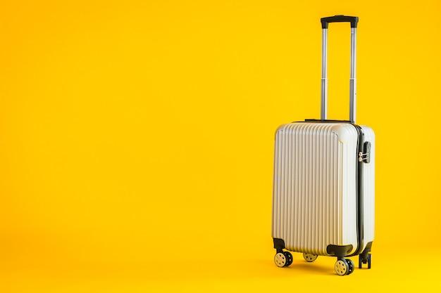 Korzystanie Z Bagażu W Kolorze Szarym Lub Torby Bagażowej Podczas Podróży Transportowej Darmowe Zdjęcia