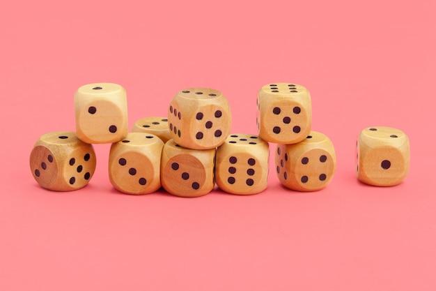 Kości do gry na różowym tle. koncepcja gier. Premium Zdjęcia