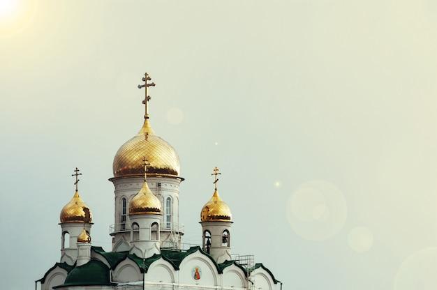 Kościół chrześcijański na niebieskim niebie Premium Zdjęcia