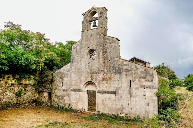 Kościół Chrześcijański Otoczony Drzewami W Bussi We Włoszech Darmowe Zdjęcia