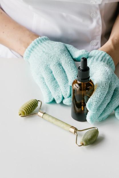 Kosmetolog Posiadający Produkty Kosmetyczne. Premium Zdjęcia
