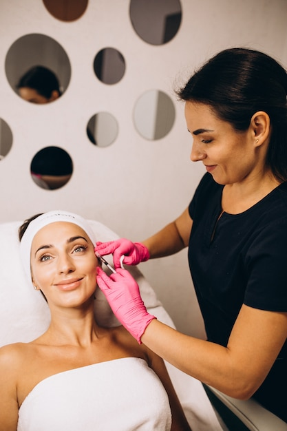 Kosmetolog Robi Zastrzyki Na Twarz Kobiety W Salonie Piękności Darmowe Zdjęcia