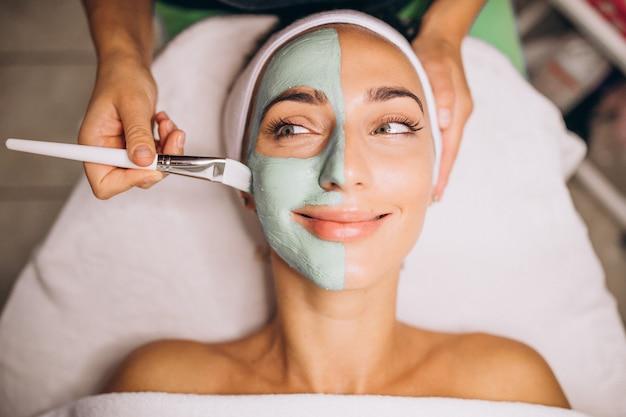 Kosmetolog stosuje maskę na twarzy klienta w salonie piękności Darmowe Zdjęcia