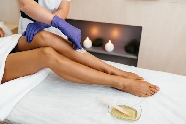 Kosmetyczka Woskowanie Nogi Kobiety W Salonie Spa Premium Zdjęcia