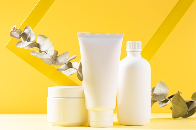 Kosmetyczni Zbiorniki Na żółtym Tle Darmowe Zdjęcia