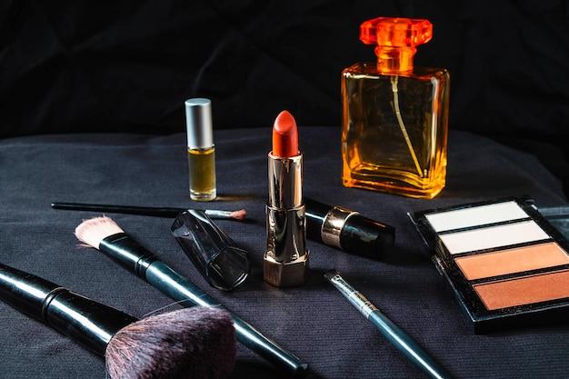 Kosmetyki Dla Kobiet Na Czarnym Tle Premium Zdjęcia