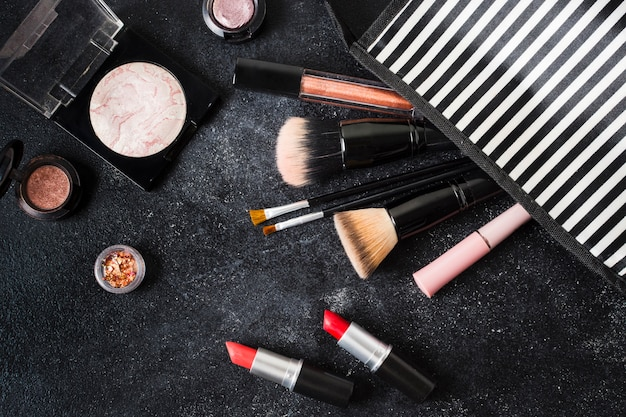 Kosmetyki Glamour Wypadły Z Pasiastej Saszetki Darmowe Zdjęcia
