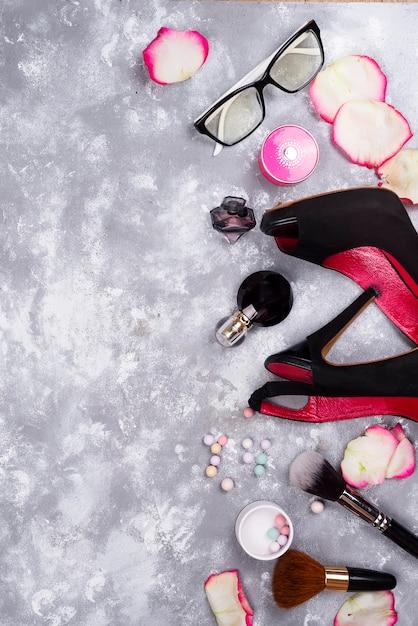 Kosmetyki W Perfumach I Buty Na Szarym Tle Z Kopii Przestrzenią Premium Zdjęcia