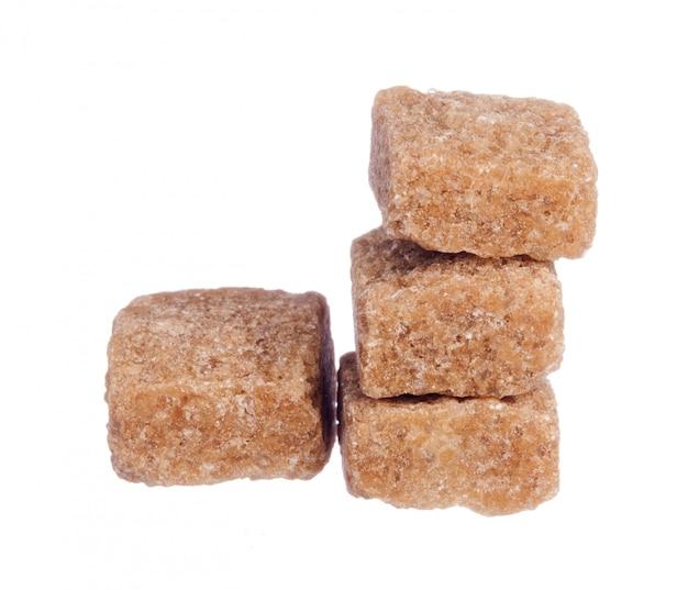 Kostki Brązowego Cukru Na Białym Tle Premium Zdjęcia