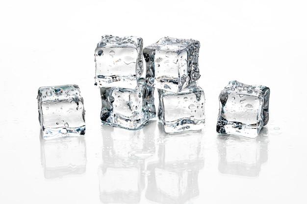 Kostki lodu na białym tle, Premium Zdjęcia