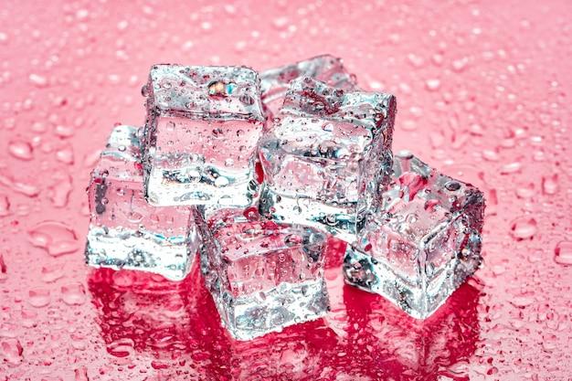 Kostki lodu na różowo Premium Zdjęcia