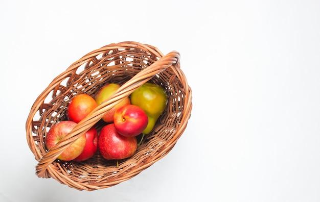 Kosz Piknikowy Wypełniony Owocami Na Białym Tle. Premium Zdjęcia
