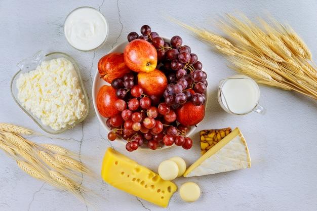 Koszerne Jedzenie Na Białej Powierzchni Premium Zdjęcia