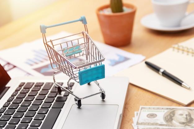 Koszyk Na Klawiaturze Laptopa, Zakupy Online Premium Zdjęcia
