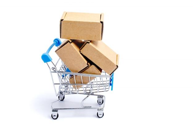 Koszyk Pełen Kartonów, Na Białym Tle Premium Zdjęcia