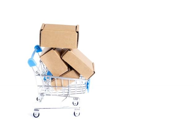 Koszyk Pełen Kartonów, Na Białym Tle. Premium Zdjęcia