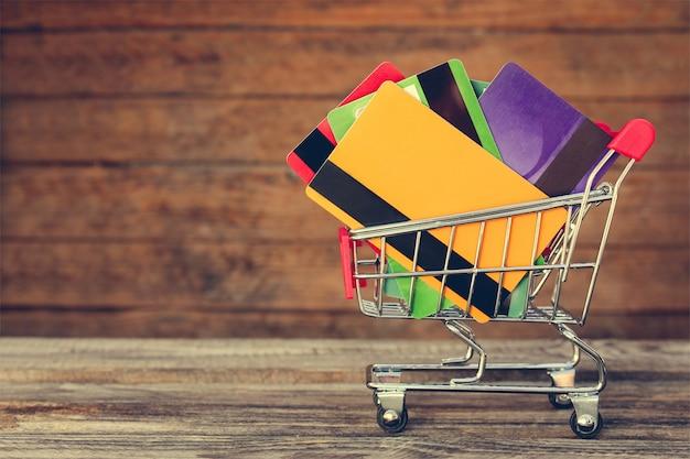 Koszyk Z Kartami Kredytowymi Na Starym Drewnie Premium Zdjęcia
