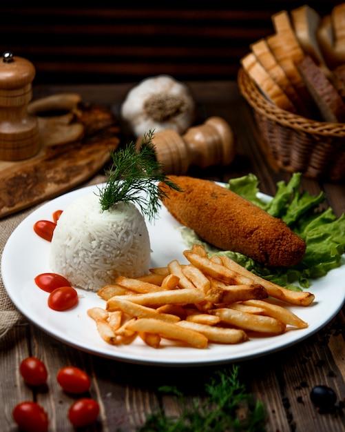 Kotlet Z Kurczaka Z Ryżem I Frytkami Darmowe Zdjęcia