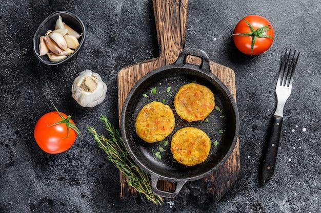 Kotlety Z Pieczonych Warzyw Do Burgerów Wegańskich. Ciemny Stół. Widok Z Góry. Premium Zdjęcia