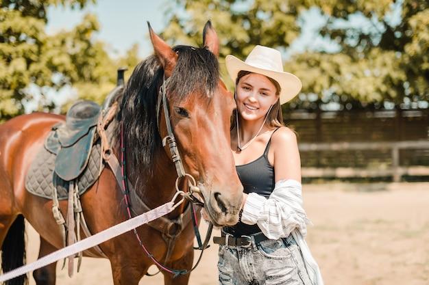 Kowbojska Dziewczyna Na Rancho Z Koniem Premium Zdjęcia