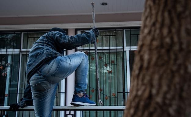 Kradzież z włamaniem lub włamanie. wspinaczka po domu Premium Zdjęcia
