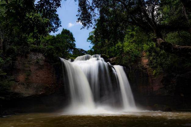 Krajobraz Haew Suwat Wodospad W Parku Narodowym Khaoyai, Tajlandia Premium Zdjęcia