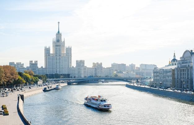 Krajobraz Miasta, Widok Na Rzekę Moskwę Z łodziami Wycieczkowymi, Wieżowiec Stalin Premium Zdjęcia