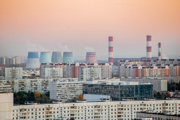 Krajobraz Miejski Palił Zanieczyszczoną Atmosferę Z Fabryk Emisji. Zanieczyszczenie środowiska. Premium Zdjęcia