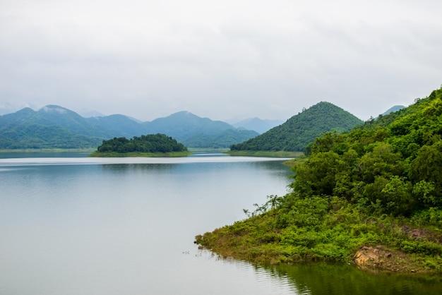 Krajobraz Natrue I Mgła Wodna W Kaeng Krachan Dam. Premium Zdjęcia