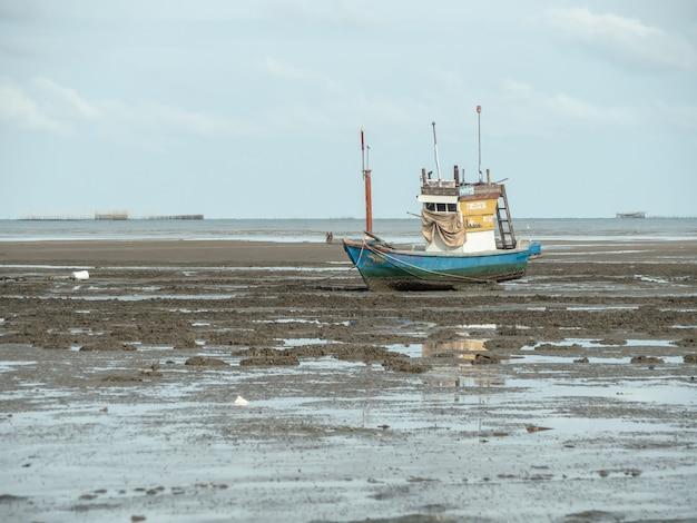 Krajobraz plaże z morzem i łodzią rozbija się, pattaya tajlandia. Premium Zdjęcia