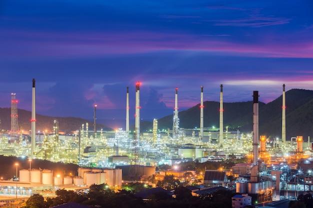 Krajobraz Przemysłu Rafinerii Ropy Naftowej Lub Przemysłu Naftowego Z Zbiornik Oleju Premium Zdjęcia