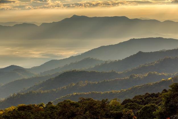 Krajobraz przy doi luang chiang dao, wysoka góra w chiang mai prowinci, tajlandia Premium Zdjęcia