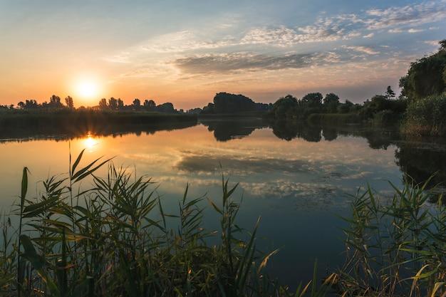 Krajobraz rzeki, świt wcześnie rano nad rzeką Premium Zdjęcia