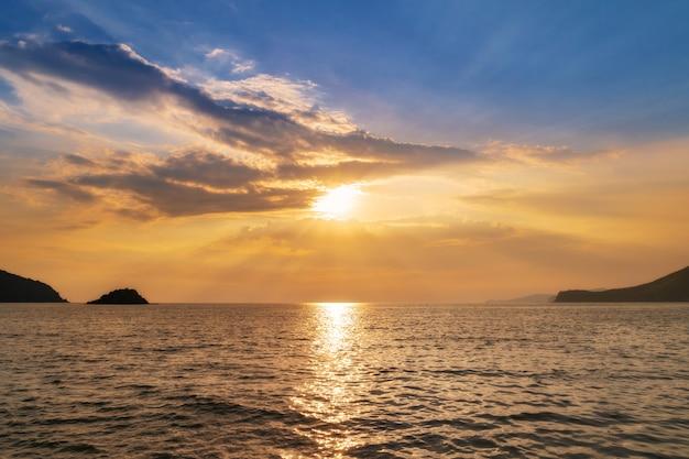 Krajobraz słońca na wybrzeżu morza, fale, horyzont. widok z góry. Premium Zdjęcia