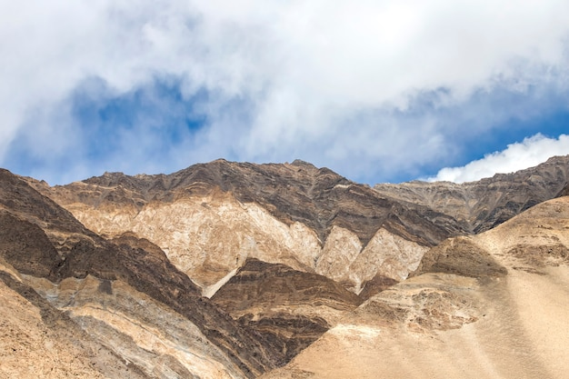 Krajobraz śnieżny I Chmurny Na Himalaje Pasmie Górskim, Leh Ladakh, Północna Część India Premium Zdjęcia