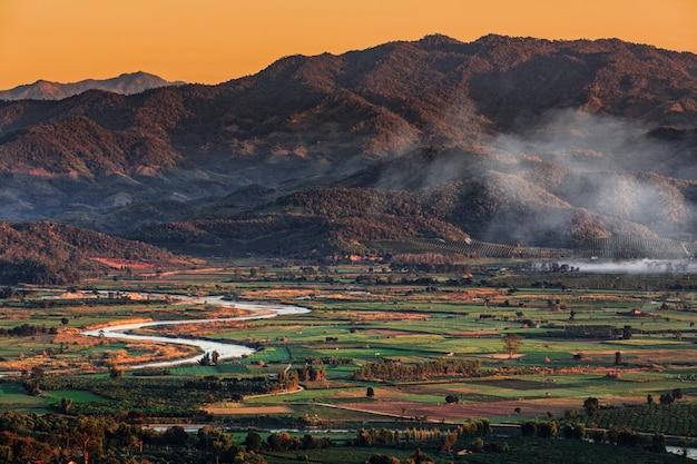 Krajobraz w chiang mai północnym tajlandia z kok rzeką i moutain tłem Premium Zdjęcia