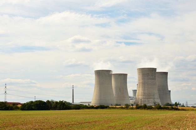 Krajobraz z energią jądrową. czechy dukovany - europa. naturalne tło ekologiczne. Premium Zdjęcia