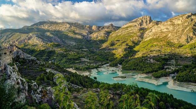 Krajobraz z jeziorem w górskiej wiosce guadalest, alicante, hiszpania Premium Zdjęcia