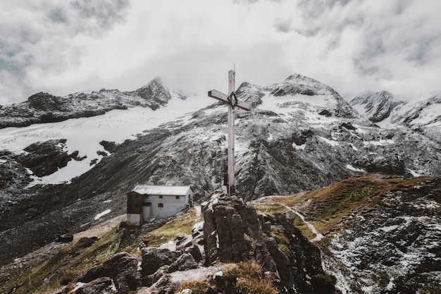 Krajobrazowa Fotografia Bielu Krzyż Na Górze Darmowe Zdjęcia