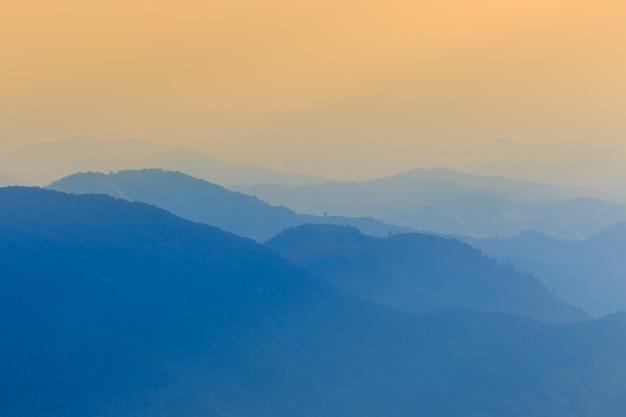 Krajobrazowa góra i ciepły światło i dżdżysty w naturze, doi inthanon, chiangmai tajlandia Premium Zdjęcia