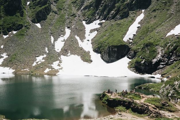 Krajobrazowy Widok Balea Jezioro W Rumunia I Fagaras Góry W Lecie Z śnieżnymi Szczytami Darmowe Zdjęcia