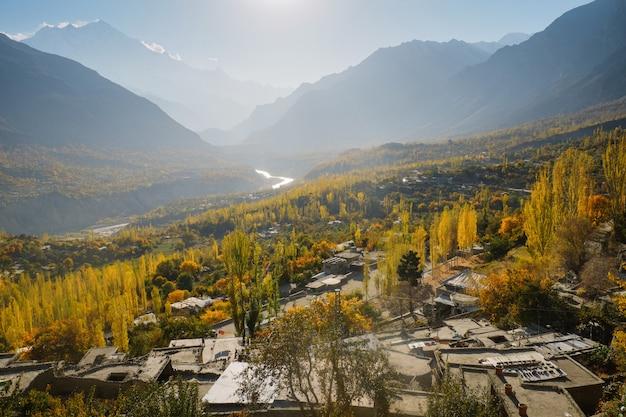 Krajobrazowy Widok Jesień W Hunza Dolinie, Gilgit-baltistan, Pakistan. Premium Zdjęcia